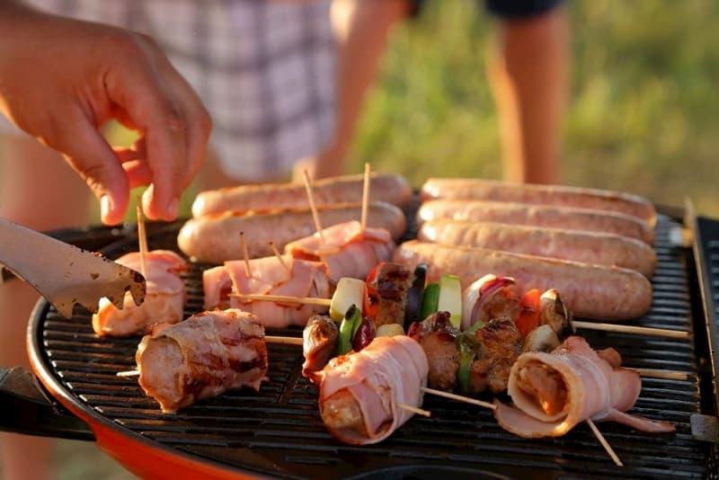 Приготовление мясных канапе и сосисок на газовом гриле